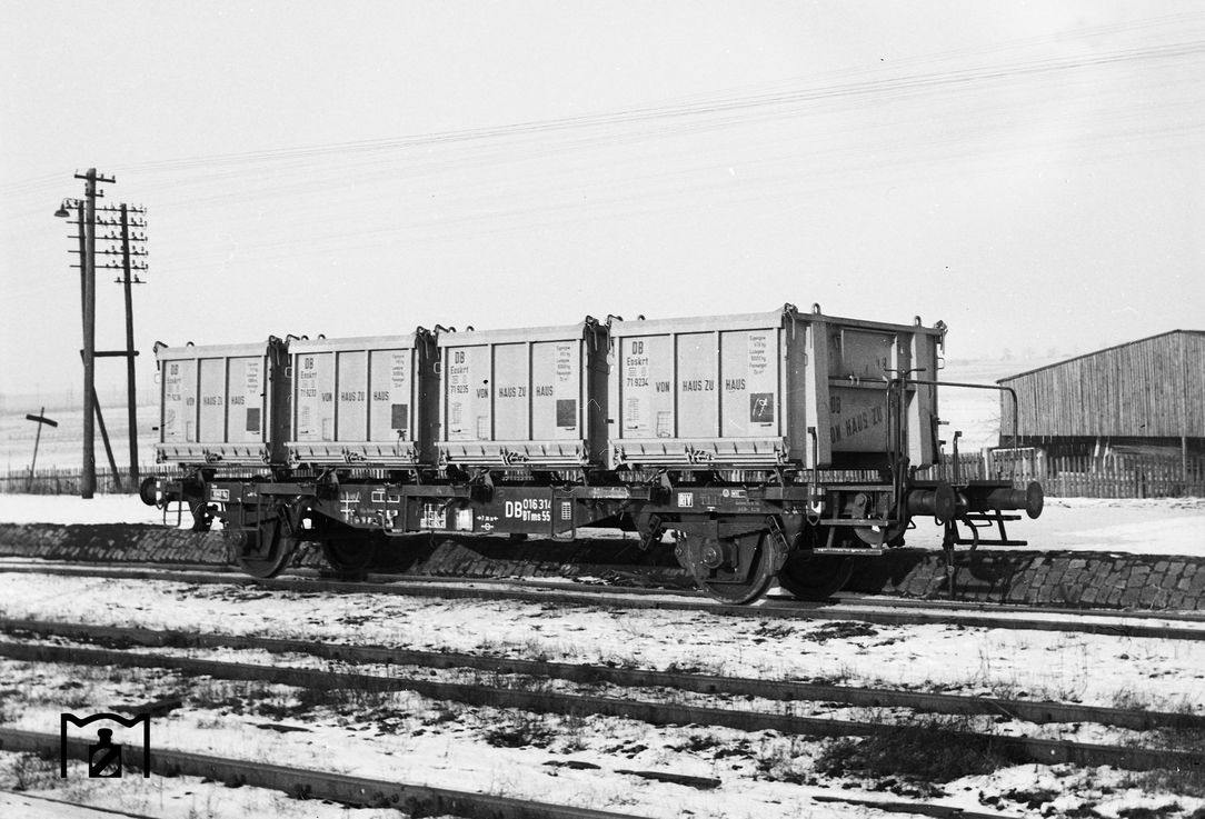 BTms55-Wagen 016314 mit Eoskrt-Containern. (01.1958) Foto: Reinhard Todt Bildlink: Eisenbahnstiftung Joachim Schmidt