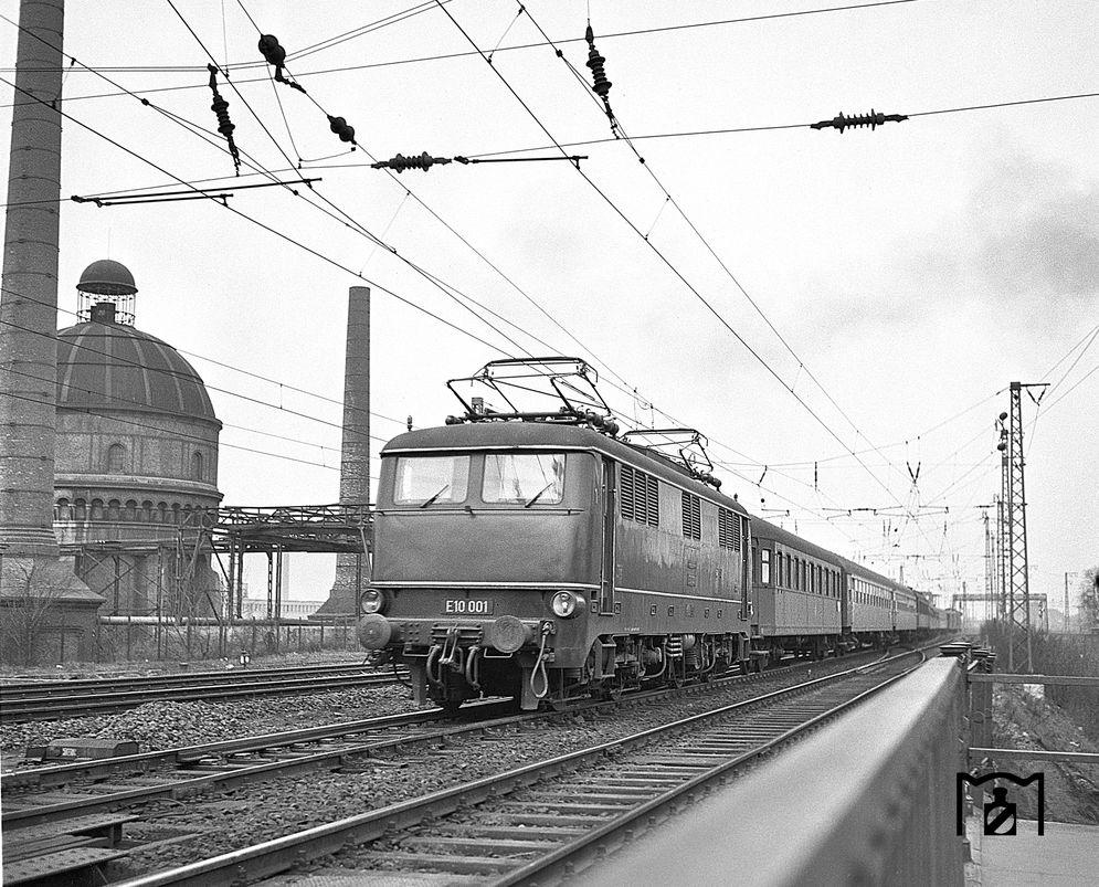 E 10 001 bei Frankfurt Hbf (12.04.1958) Foto: Joachim Claus Bildlink: www.eisenbahnstiftung.de