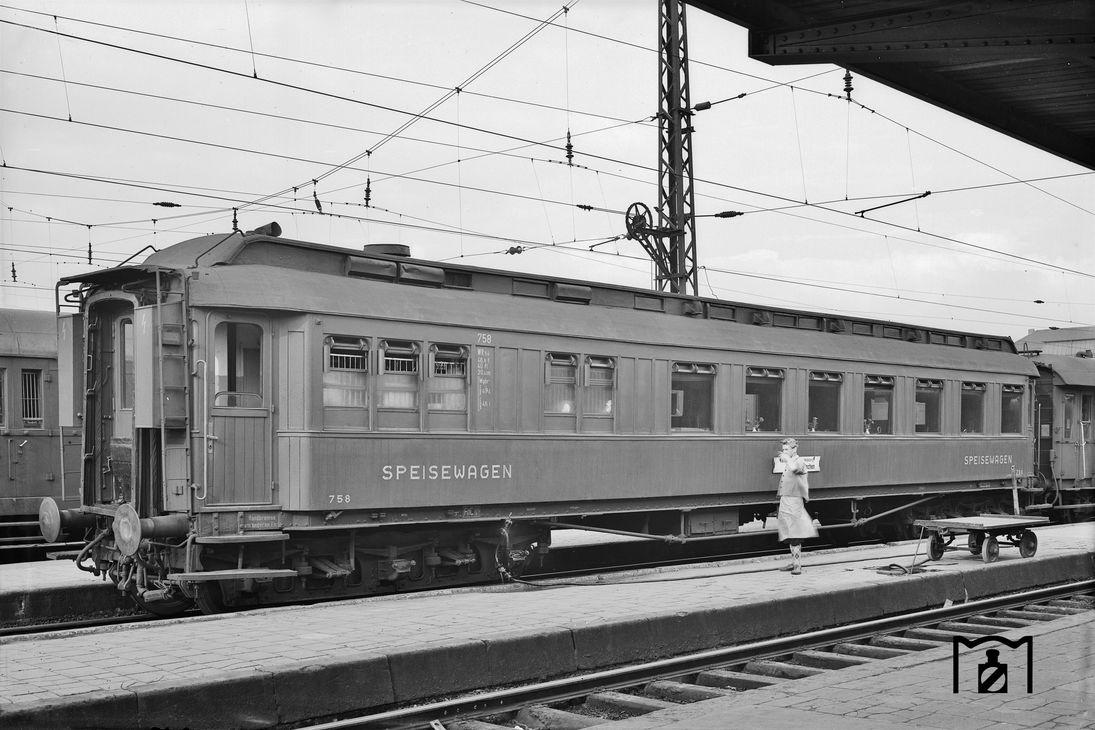 Speisewagen WR6ü 758 DSG (ex DESG WR6ü Han 0758) Foto: Günter Scheingraber (1950) Fotolink: eisenbahnstiftung.de