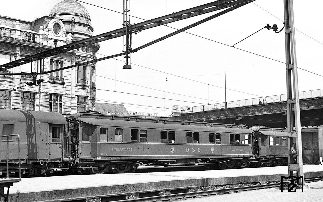 6-achsiger Schlafwagen der DSG (30066) in einem Schnellzug bei der Einfahrt in den Bahnhof Basel SBB. (07.1951) Foto: Joseph P. Saitta Bildlink: eisenbahnstiftung.de