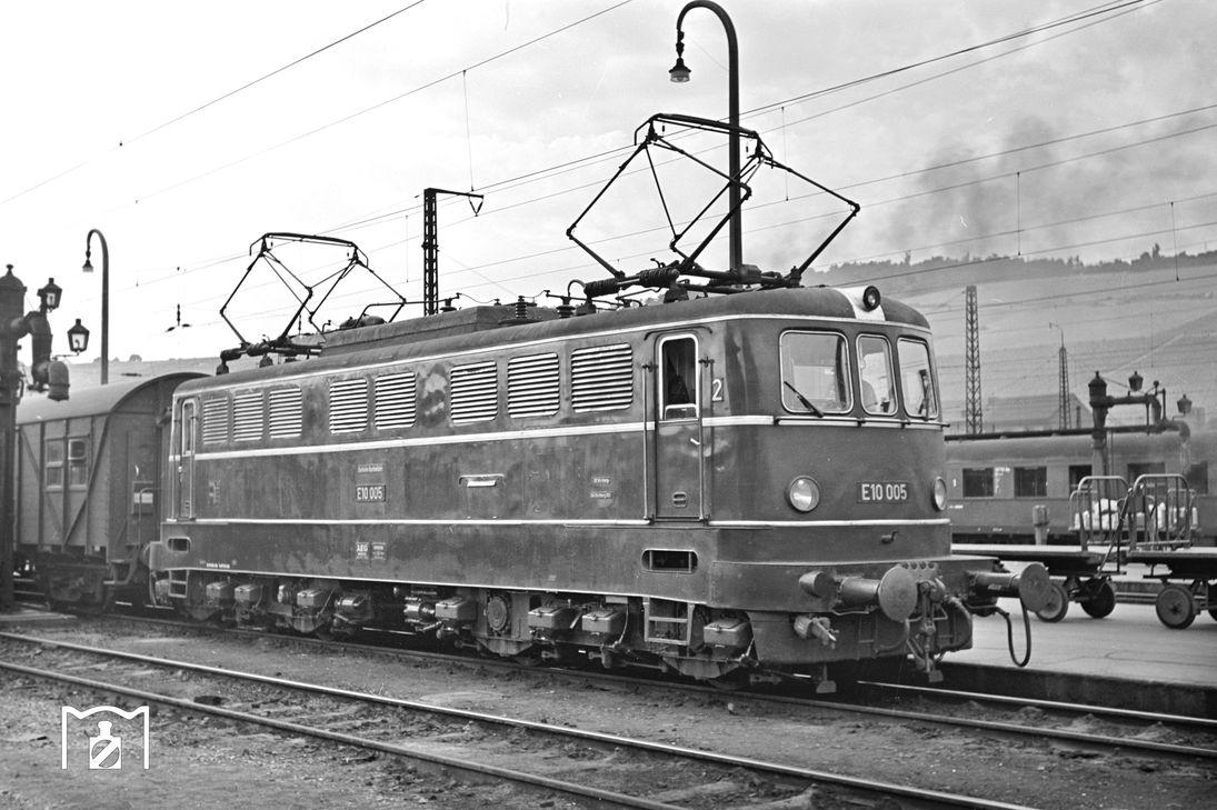 E 10 005, 13.7.58 Würzburg Hbf, Foto: Helmuth Röth, Bildlink: Eisenbahnstiftung.de