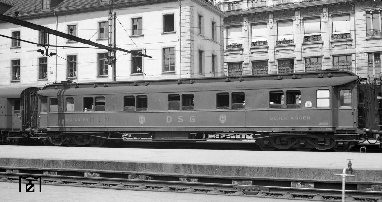 DSG-Schlafwagen Nr. 30066 im Bahnhof Basel SBB. (07.1951) Foto: Joseph P. Saitta Bildlink: Eisenbahnstiftung