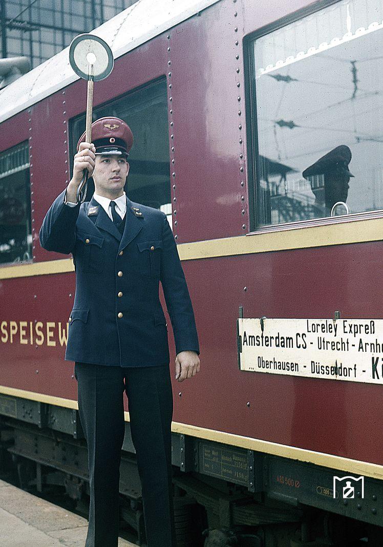 Abfahrauftrag für den Loreley-Express in Köln Hbf. (1959) Foto: Fischer/DB Bildlink: eisenbahnstiftung.de