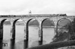 "Ex-LNER Gresley (class A3 Pacific) No. 60088 ""Book Law"" mit einem Schafwagenzug aus Edingburgh auf der Royal Border Bridge bei Berwick-upon-Tweed (Northumberland). Links eine classmate 60096 ""Papyrus"". (07.04.1960) <i>Foto: A.E.Durrant</i>"