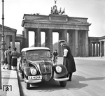 "Mal ein Motiv abseits der Eisenbahn: Schnappschuss von dem bekannten Hamburger Fotografen Walter Hollnagel am Brandenburger Tor in Berlin mit einem ""DKW Sonderklasse Cabrio"". (1938) <i>Foto: Walter Hollnagel</i>"