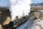 QJ 6992 + 6876 mit Zug 22818 (Daban - Haoluku) kurz vor dem Summit Tunnel bei Nan Dian am Jing-Peng Pass. (04.02.2002) <i>Foto: Ron Lingley</i>